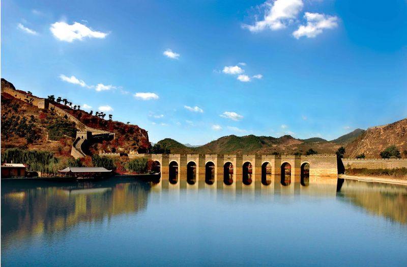 通過水面的長城,有別一般山路長城,更顯婉約美麗。(圖為遼寧九門口長城)