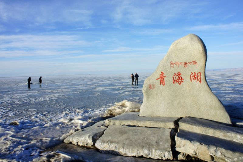 即使是冬天結冰青海湖,也是另一番絕美。(攝影 陳怡君)