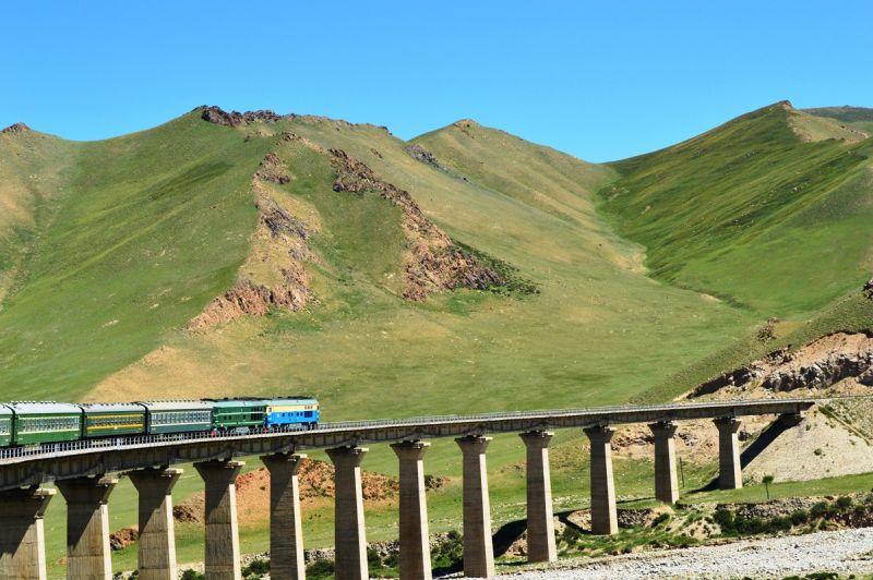 蘭新鐵路克服多種艱難的地形,從最低的盆地走到高山。