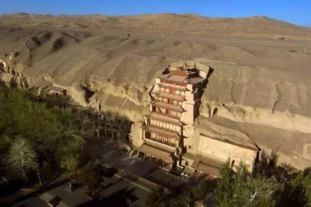 位於戈壁沙漠間的莫高窟,是一生必遊的藝術聖地。