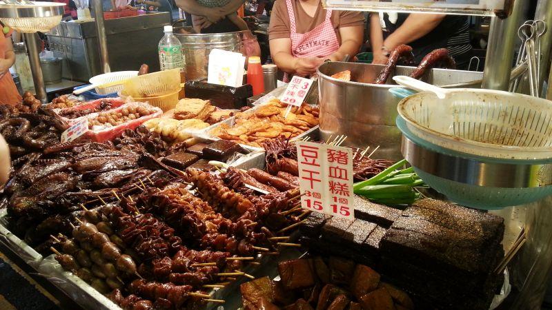 楊東山鴨頭每樣食材都油油亮亮令人食指大動。(圖/楊詠鵝攝)