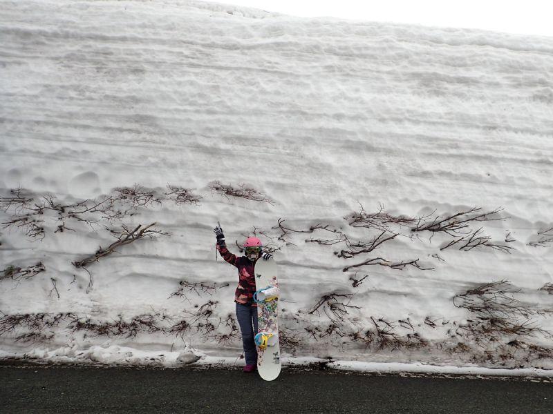 月山渡假山莊前高聳的雪牆(娜塔蝦 攝)