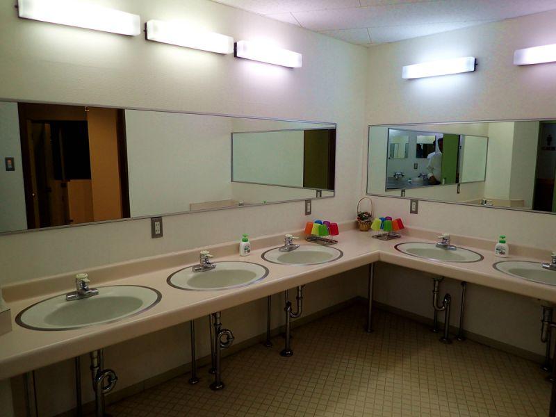 月山渡假山莊 男廁的盥洗空間(娜塔蝦 攝)