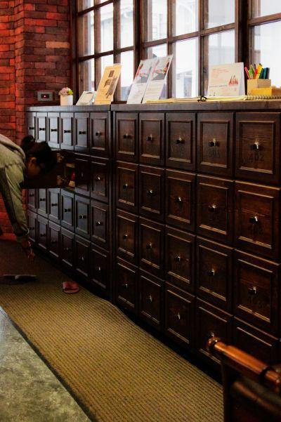 大門旁的原木抽屜是利用舊木料釘出來的鞋櫃。(Fion提供)