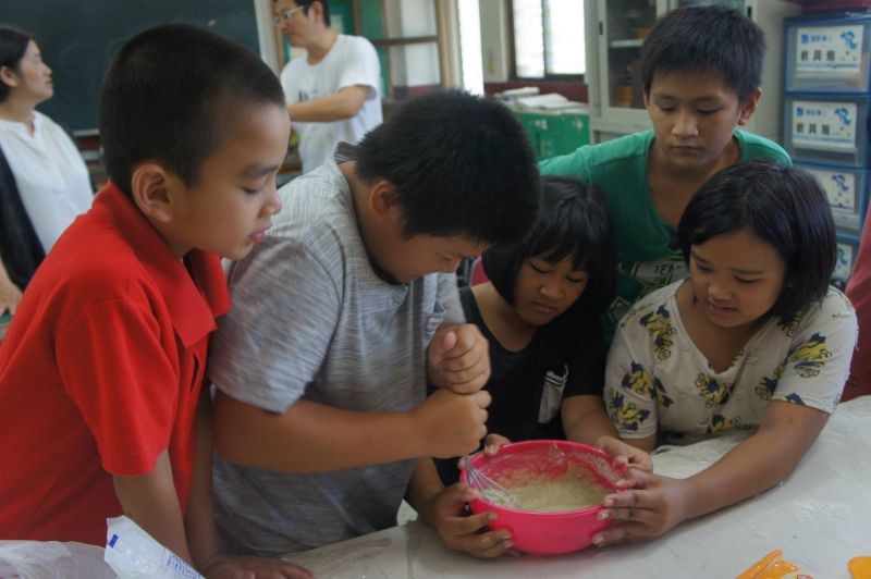 小朋友努力製作甜點中。(李奇芳提供)