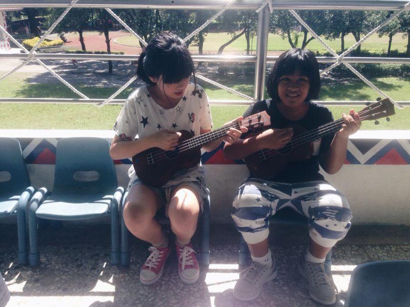 西林國小小朋友唱歌給李奇芳聽。(李奇芳提供)