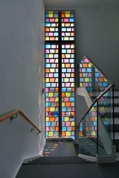 從上三樓主樓梯平台望向彩色玻璃窗;攝影:曾群儒