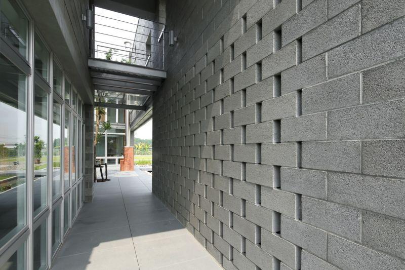 進入主屋通廊;攝影:賴建作