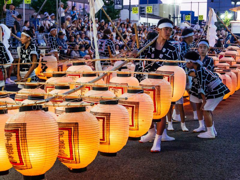 東北祭典秋田竿燈祭。(圖片來源:Flickr CC授權作者かがみ~)