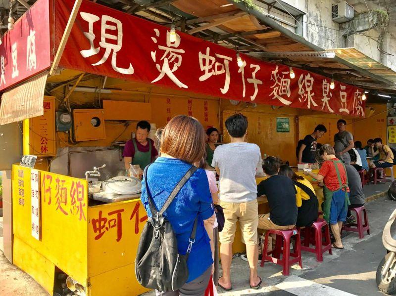 黃色攤子和紅布條很引人注目。(IG taipei_eater提供)