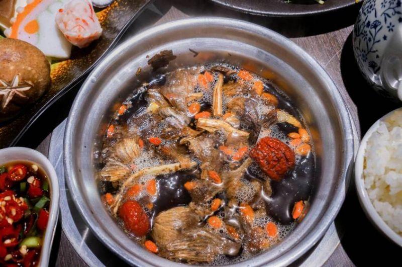 黑蒜鍋是火鍋哥的特色招牌。(圖片來自火鍋哥涮涮屋臉書)