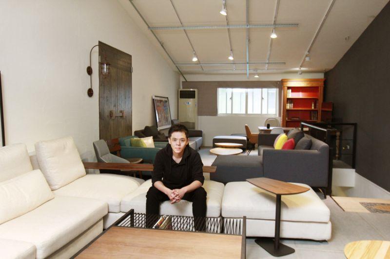 黄振志指出,要来挑选家具的消费者,最好带着家中 的平面图、设计师的风格类型,还有总体的预算表,才可做出双方满意的家具。 (陈德伟摄)