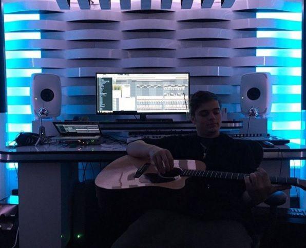 去年「百大DJ」之首的Martin Garrix,也開始在表演中拿起吉他。(圖片來源:Martin Garrix官方instagram)
