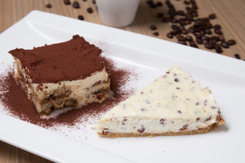 經典手工提拉米蘇、自製起司 蛋糕,是主廚得意之作,使用兩種 起司加入巧克力碎片,奶味清新輕 盈。(蘇國輝攝)