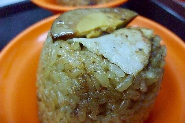 粒粒分明的米糕,搭配入味的肉片和滷蛋,晚來可就吃不到了唷!(Flickr授權作者-PMJC)