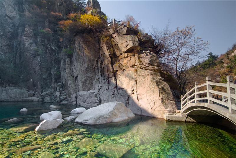 潭水清澈如鏡、群峰雲霧繚繞、樹木蒼翠如畫是北九水景區最佳的寫照。(圖片/山東省旅遊局提供)