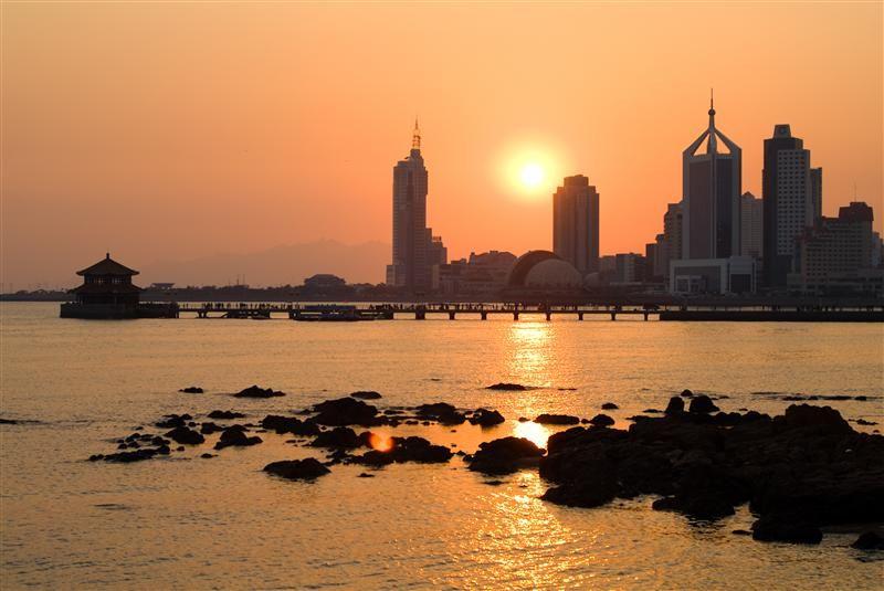 夕陽西下,讓棧橋的美又升級了。(圖片/山東省旅遊局提供)