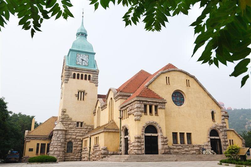 基督教堂又稱「德國禮拜堂」,主要分為鐘樓、禮拜堂兩部分,現為山東省省級文物保護單位。(圖片/山東省旅遊局提供)
