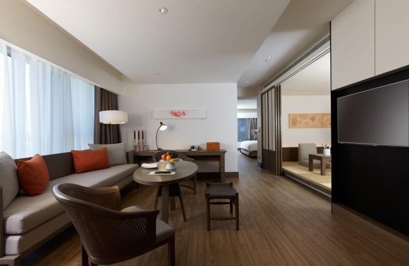 22坪府城套房,擁有獨立客廳與衛浴再加上別具一格的和室空間,非常適合全家人入住。(台南晶英酒店提供)