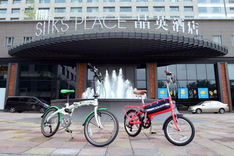 台南晶英酒店與資深國民品牌JOKER傑克牌合作,將風尚袋鼠車以及卡通人物聯名超吸睛折疊車贈送給房客。(台南晶英酒店提供)