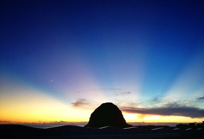 從椰油國小看出去,太陽正好落在饅頭山後。(顏子矞提供)