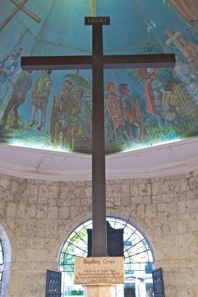 真正的麥哲倫十字架因遭到破壞,被包藏在新的外框之中,教堂上方的繪畫則重現了宿霧第一批天主教受洗的場景。(Photo│123RF)