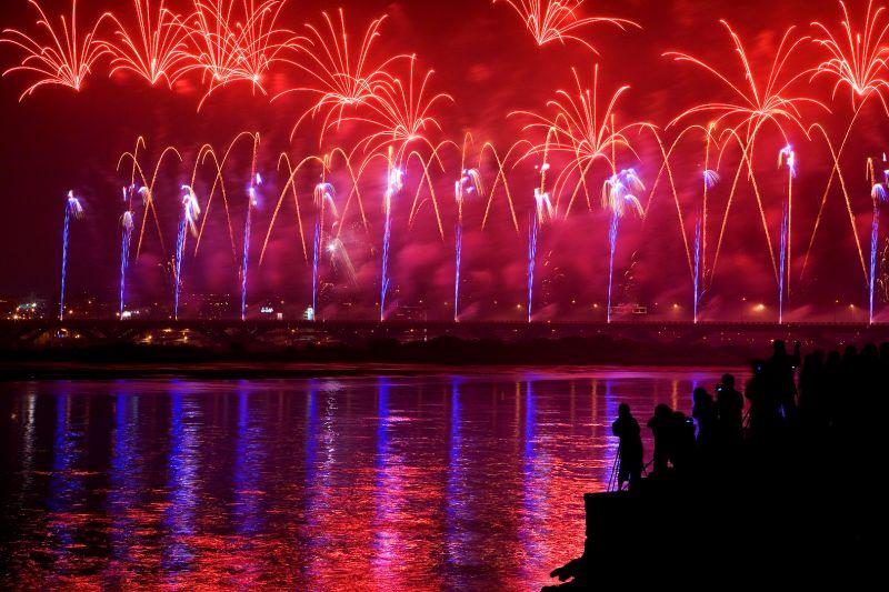 選擇不同的地景搭配煙火,拍攝更有趣味。2009年大稻埕煙火,三重河堤拍攝。(圖片/哈米貓提供)