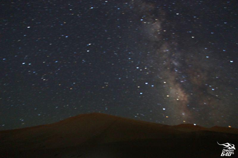 沒有光害、一望無際的沙漠,繁星點點的星空,真的很美!