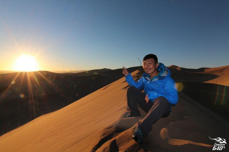 在沙漠迎接日出,無比遼闊的美景,心靈宛若重生。