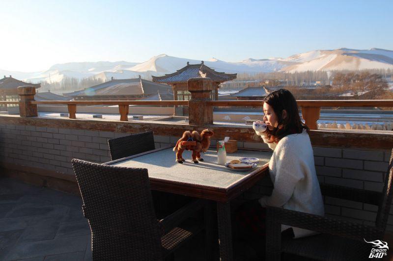 實地體驗─在唐朝宮殿上吃早餐,瞭望披著雪的無垠沙漠,彷彿穿越劇的人間極享