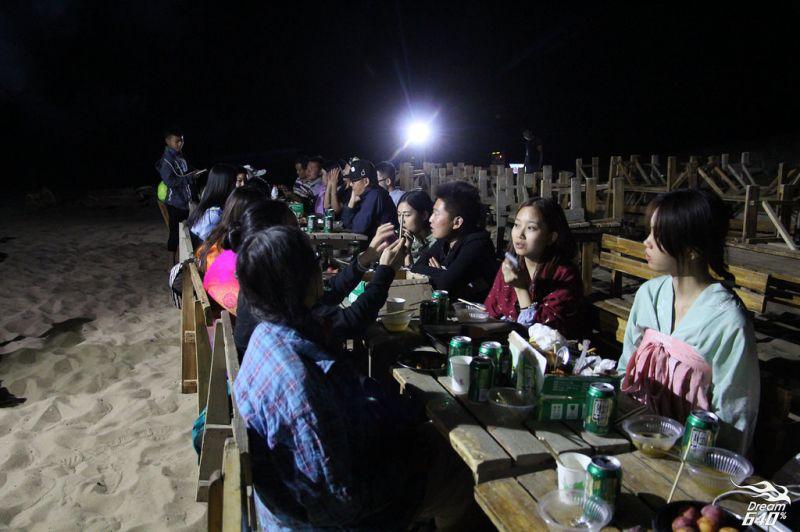 一群人聚在沙漠上喝啤酒,是很奇特的體驗。