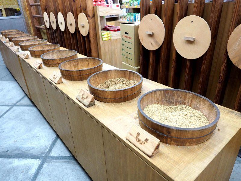 每個米桶裡都裝著不同製程時期的米類,讓遊客理解我們碗中的米從何而來(欣台灣攝影)