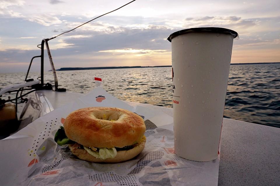 維斯塔帆船提供輕食飲料,可以在海上野餐。(林郁姍/攝)