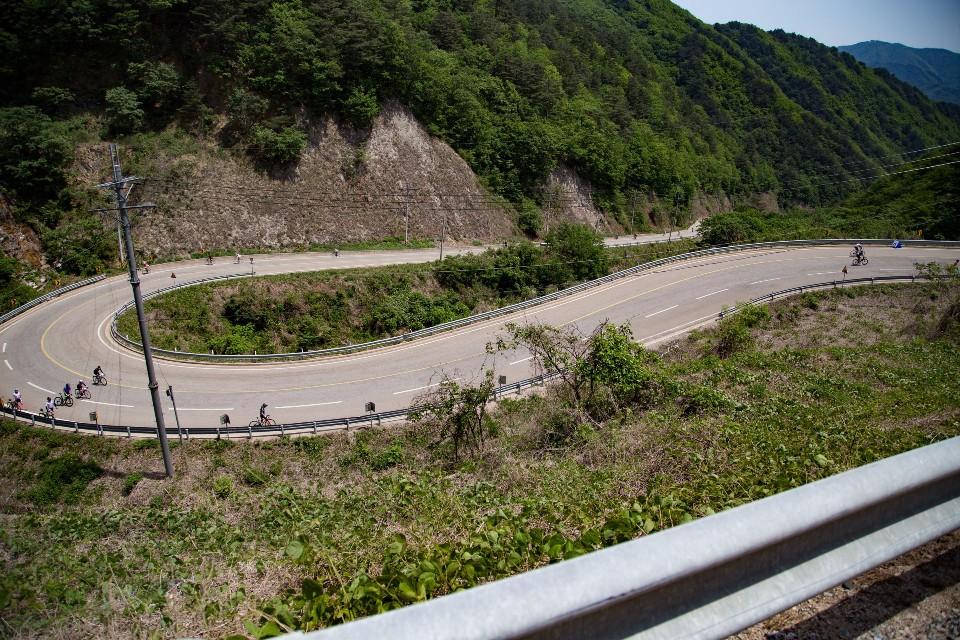 從上回首來時路,讓人想到台灣的北113,坡度卻是大禹嶺的陡。(賴維屏提供)