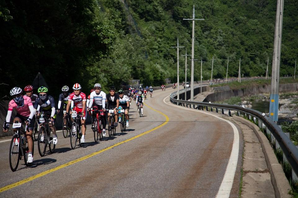 起步後有很長的距離暖身,參賽者紛紛組成集團,很有秩序的輪車前進。(賴維屏提供)