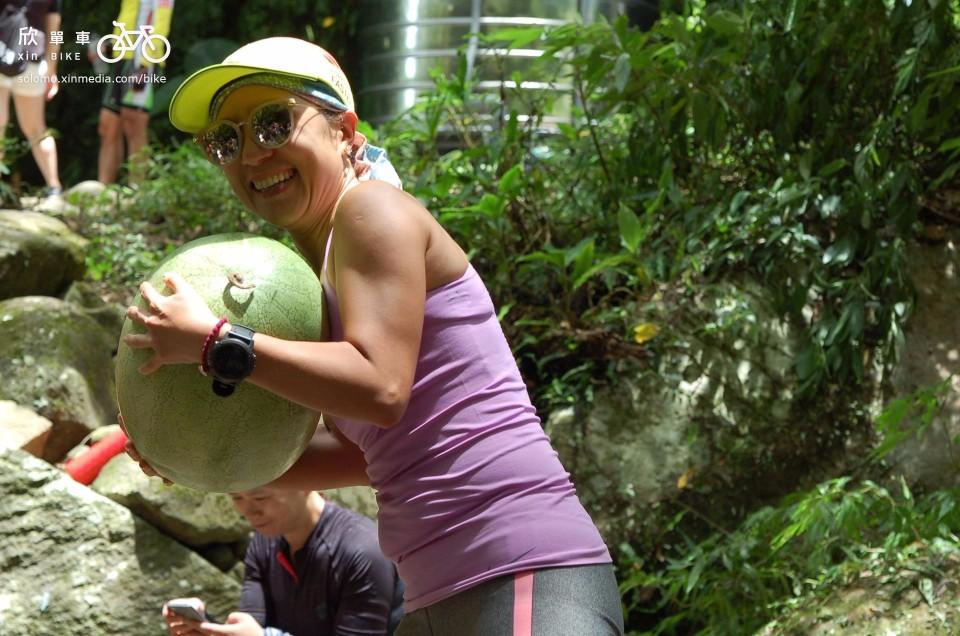 車友們發現西瓜很驚喜,紛紛抱著西瓜照相。( photo by 欣單車)