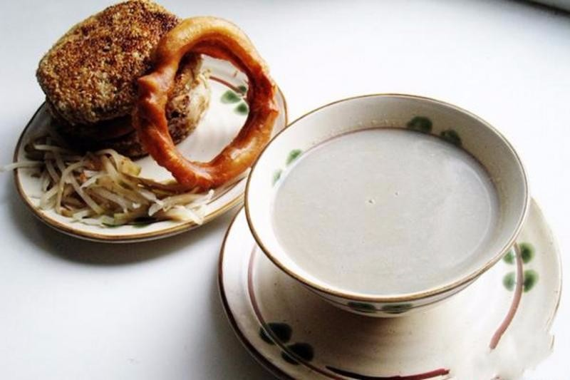 酸臭的豆汁兒老北京人會配辣鹹菜絲和焦圈,鹹辣糅合酸甜。圖片來源http://bit.ly/2v4Rhnv