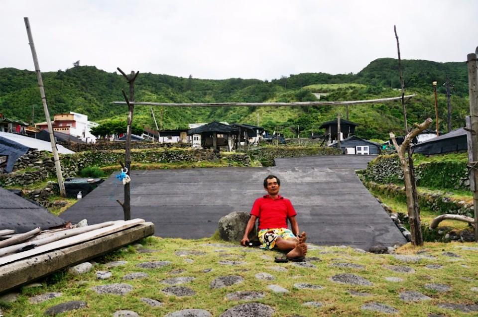 帶導覽的謝大哥坐在靠背石前賞海,相當愜意。(攝影/林郁姍)
