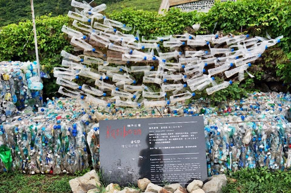 廢棄寶特瓶做成的飛魚,赤裸地把汙染呈現在眼前。(攝影/林郁姍)