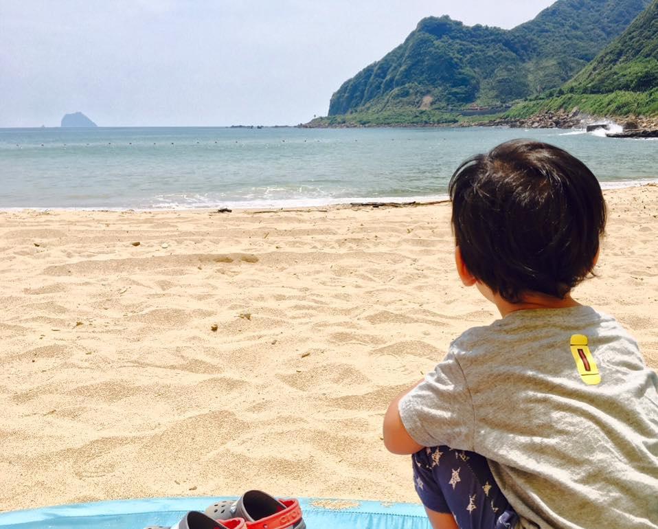 基隆山海美景無限,開車十五分鐘,就能坐在沙灘玩沙看海景