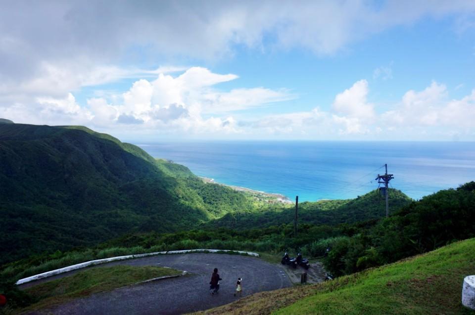 往蘭嶼氣象站的中貫公路支線既陡又彎。(林郁姍/攝)