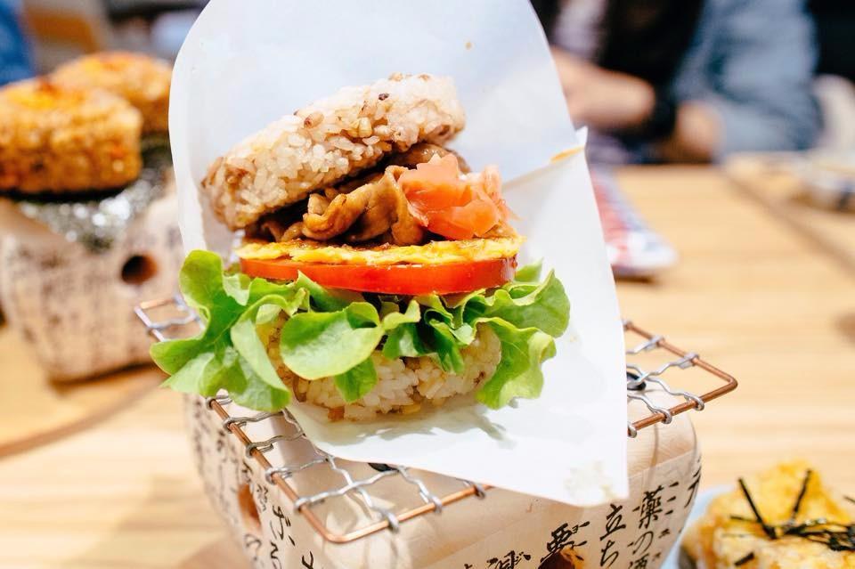 「初日珈琲」米漢堡朝食。(圖片來源/初日珈琲粉絲團)