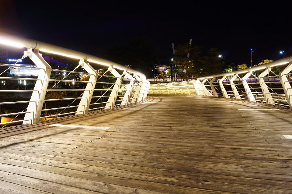 晚上來「愛河之心」散步騎單車,相當唯美浪漫。(Flickr授權作者-昇典葉)