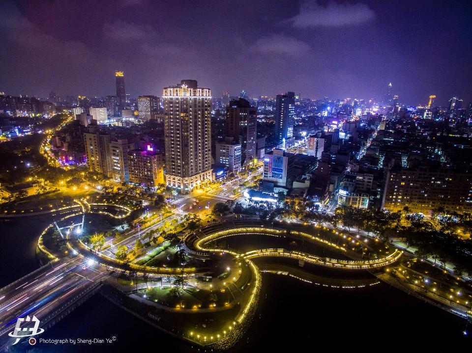 「愛河之心」的美麗夜景。(Flickr授權作者-昇典葉)