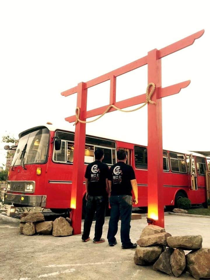 「匠麵巴士」醒目的檜木紅巴士,搭配紅色鳥居,讓人彷彿一秒來到日本。(圖片來源/匠麵巴士粉絲團)