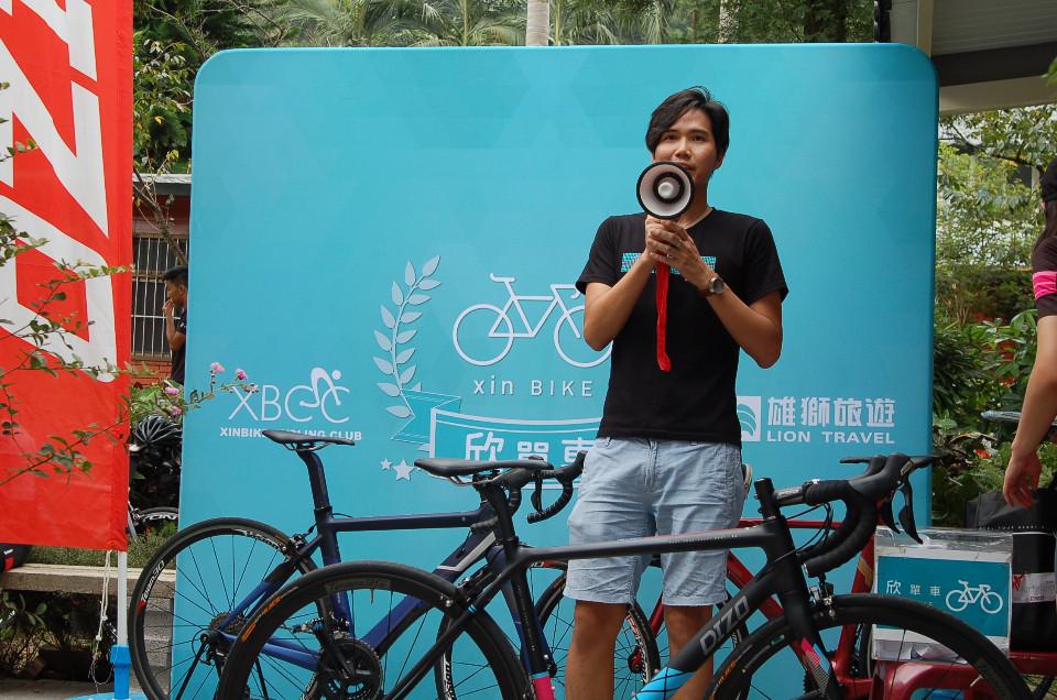 DIZO品牌經理劉彥良,全程參與活動,並細心為車友說明旗下產品,聆聽車友們試乘後的忠實回饋。(欣單車 攝)