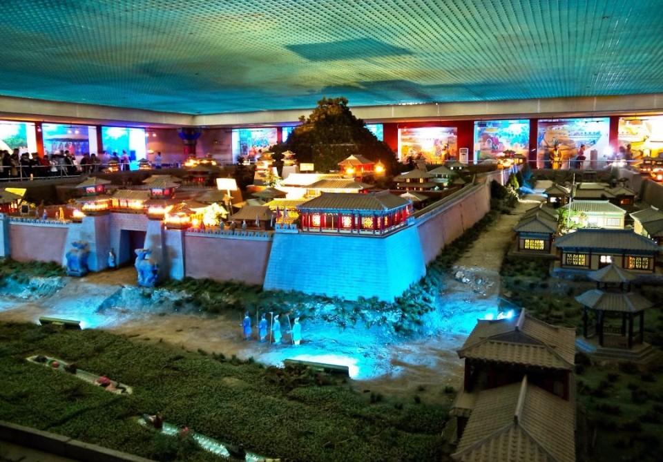 秦陵地宮展覽館復原秦陵、秦始皇時代模型。(圖片來源革西網)