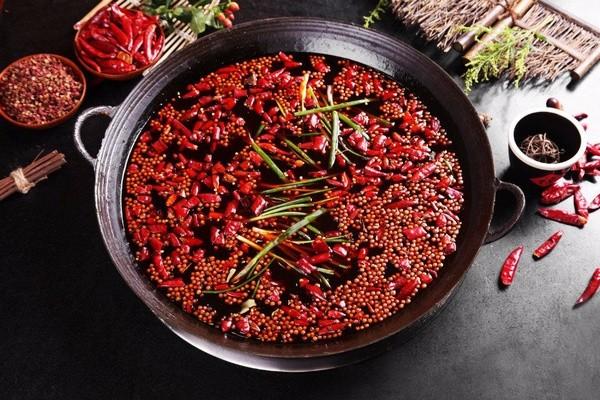 四川成都火鍋相當有名,湯底不但麻辣又具香料特色。(圖片來源read01.com)
