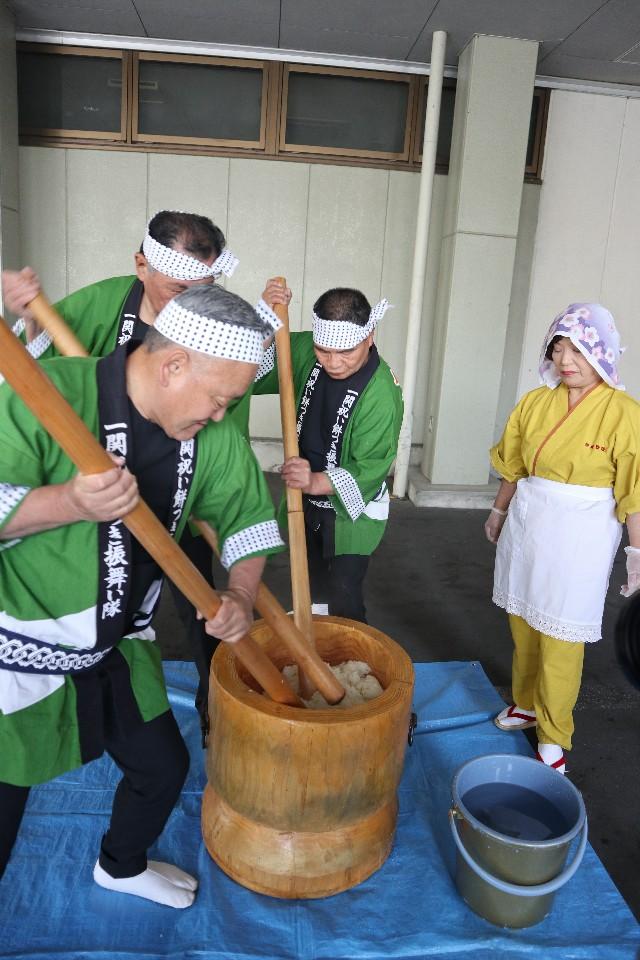 當地居民現場示範傳統搗麻糬的製作方式。