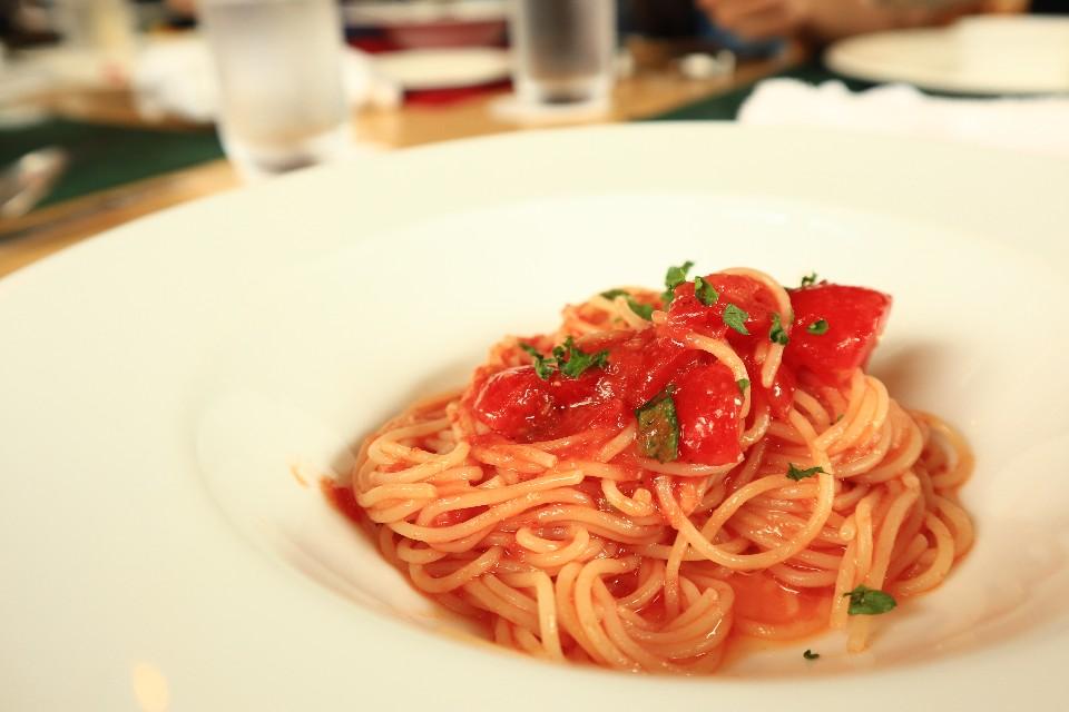 用農場自種的番茄製作的義大利冷麵。